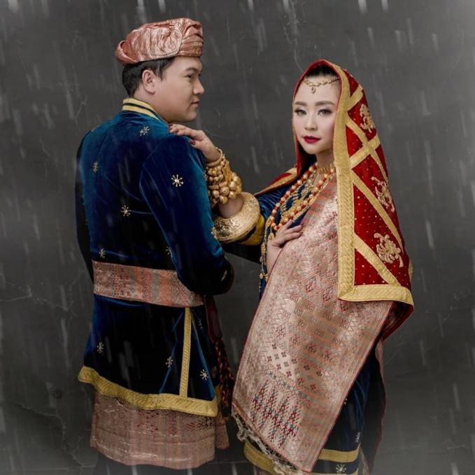 Pasangan Chikita Meidy dan Indra Adhitya juga memilih konsep adat minang dalam konsep prewed mereka.