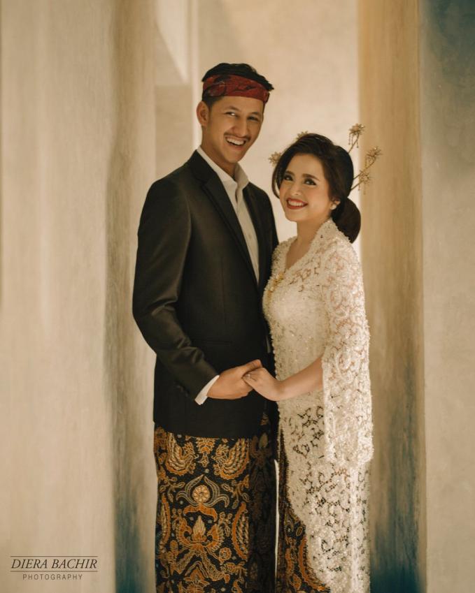 Pasangan pengantin baru Tasya Kamila dan Rendy Bachtiar juga mengusung tema tradisional adat Jawa.
