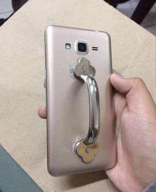 Kalau punya gagang pintu nggak kepake, kamu juga bisa memanfaatkan sebagai phone holder.