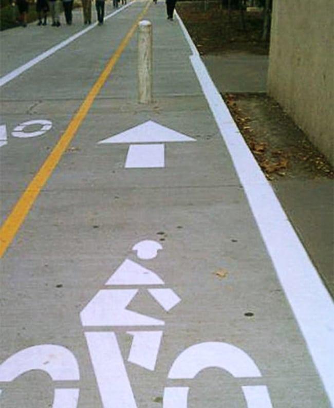 Sengaja apa gimana nih, kok jalur sepedanya dibikin penghalang gitu di tengahnya.