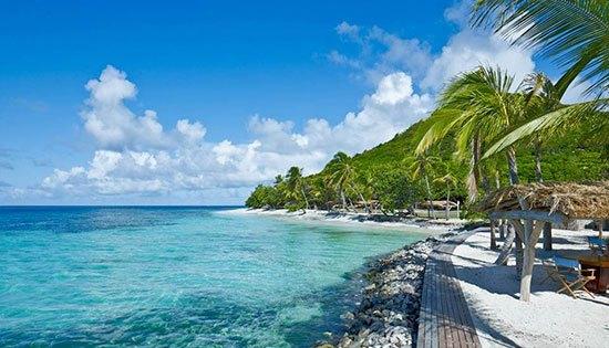 Grenadines : Petit St. Vincent Hanya dapat diakses dengan pesawat pribadi dan kapal. Sesampainya di pulau ini kamu tidak akan menemukan tv dan jaringan internet karena resort ini lebih mementingkan kedamaian wisatawan. Villa vila di tempat ini dibangun dengan bahan bahan lokal dan menyatu dengan pemandangan laut. Meskipun begitu kamu akan tetap dilayani dengan sangat baik.