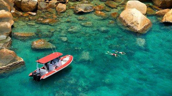 Australia: Orpheus Island Pulau terpencil yang hanya bisa menampung 42 tamu merupakan rumah dari taman nasional yang dilindungi karena di dalamnya tediri dari berbagai satwa liar yang mempesona. Meskipun begitu semua kamar di sini menghadap le laut Hazard Bay yang cantik.