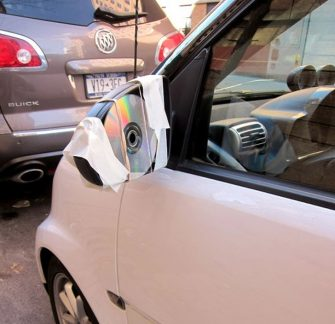Meskipun dari kepingan CD tapi bisa buat melihat kok. Emang ya Pulsker, ide dan inovasi cerdas bisa muncul kapan saja dan dimana saja asal kita kreatif. Setuju nggak?. (Sumber : Brightside.me).
