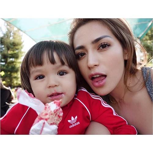 El Barack, Anak Jessika Iskandar Yang membuat penasaran adalah karena El terlihat sangat menyayangi Jessika Iskandar dan sikapnya yang mandiri. Bener bener cowok banget yaaa.