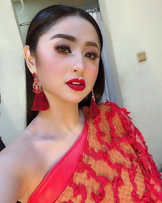 Dewi Persik berperan sebagai pembantu dalam sinetron Centini Manis Yang ditayangkan MNCTV. Total Abis...