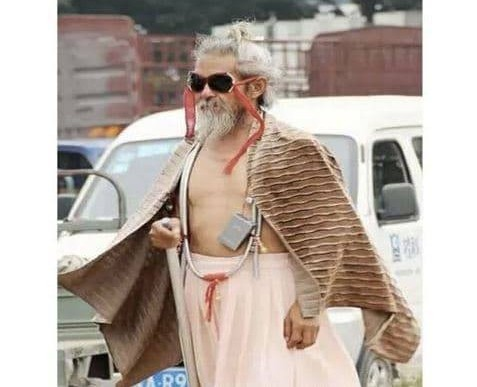 Kakek yang sangat fashionable.