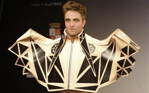 Hanya Edward Cullen yang mungkin pantas memakai baju emas ini :D