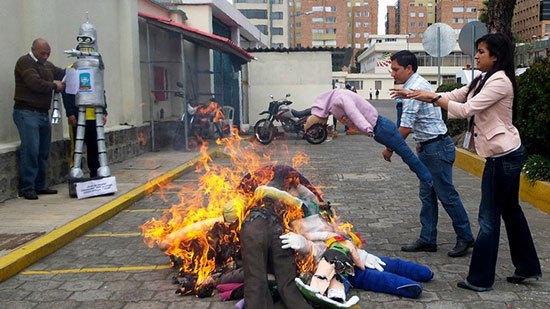 Ekuador Masyarakat Ekuador mempunyai tradisi membuat figur orang orangan yang kemudian dibakar setiap tahunnya. Figur orang orangan ini terdiri dari berbagai profesi. Figur figur ini terbuat dari kertas, jerami, kardus, kain bekas, tanah, dan daun. Tradisi ini dilakukan sebagai simbol pembersihan selama 12 bulan yang telah terlewati.