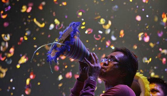 Filipina Banyak tradisi unik yang dilakukan oleh warga Filipina saat menyambut tahun baru. Anak anak akan melompat setinggi tingginya pada saat jam 12 malam. Selain itu para warga akan membuat keributan seramai dan sekeras mungkin. Entah menyalakan kembang api, petasan ataupun berteriak. Mereka percaya bahwa mengeluarkan suara yang sekeras kerasnya akan mengeluarkan aura negatif dan jahat.