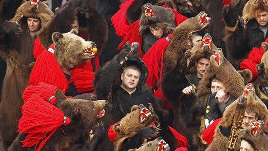 Romania Tak mau kalah dengan manusia, sapi sapi dan hewan ternak di Romania juga ikut merayakan tahun baru. Pasalnya para peternak akan berkomunikasi dengan mereka dan lebih memperhatikan mereka. Jika hewan hewan ini dianggap sukses bisa diajak berkomunikasi maka di tahun yang akan datang para peternak akan mendapat keberuntungan. Atau ada juga yang namanya Bear Dance dimana peserta memakai kostum beruang dan menari nari dari rumah ke rumah untuk mengusir aura jahat.