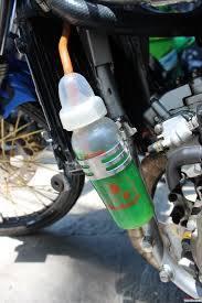 Pantes aja botol susunya adek ilang, ternyata dipakai untuk tempat oli motor sama kakak :(