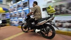 BBM mulai langka, beberapa orang beralih menggunakan bahan bakar gas LPG 3kg :D