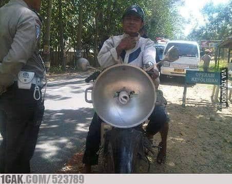 Biar beda dari yang lain, pria ini menggunakan alat-alat dapur milik istrinya untuk memodofikasi motor. Keren nggak?