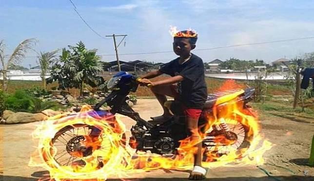 Bukan cuma di Gost Rider, kids jaman future motornya udah bisa mengeluarkan api sendiri kaya gini.