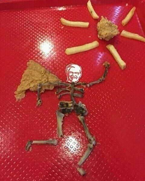Gabut tingkat dewa nih kayanya, sampai bisa membuat karya seni dari tulang KFC.