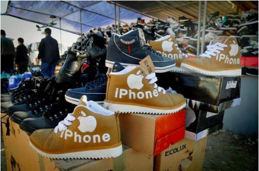 Baru tahu kan kalau iPhone juga mengeluarkan produk sepatu :D