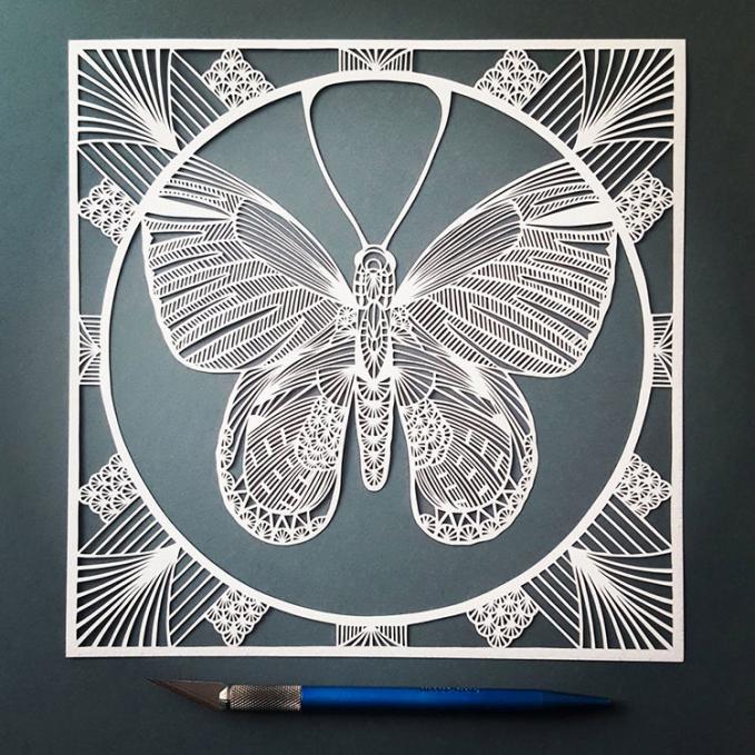 Semakin keren dengan frame persegi dan motif di sisi-sisinya.
