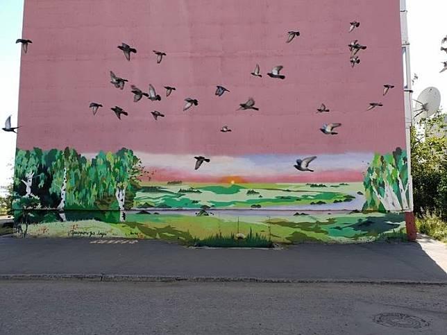 Sempurna, burung-burung yang melewati papan ini menjadi seperti lukisan hidup.