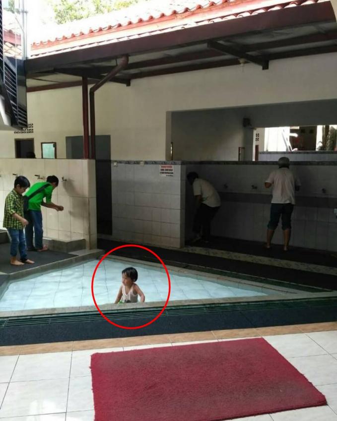 Dikira tempat wudhu masjid, waterpark kali ya, sampai dipakai berenang :D