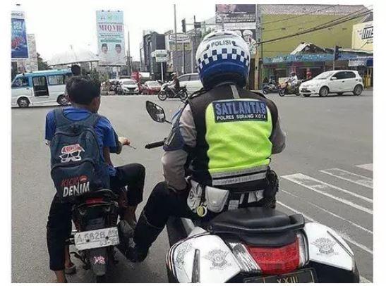 Duh, jadi terciduk deh nggak apakai helm tinggal dorong aja nih Pak Polisinya.