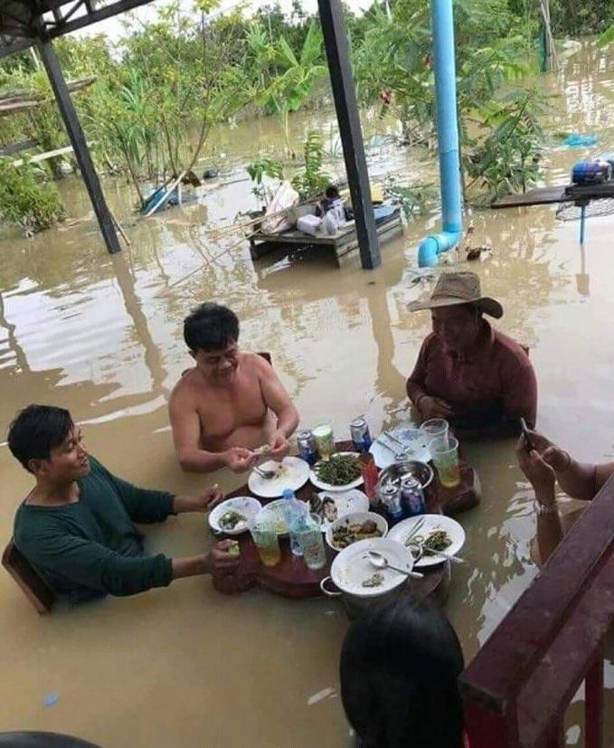 Sama dengan orang-orang ini, walau kampung banjir kalau soal urusan perut nggak boleh ditunda.