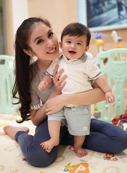 Sandra Dewi Sandra Dewi yang cantik juga sangat menawan pun bisa mengasuh anaknya dengan telaten dan penuh kasih sayang.