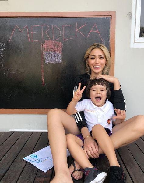 Jessica Iskandar Menjadi selebritis yang lagi laris membuat Jessica Iskandar tidak melupakan kodratnya sebagai seorang ibu, meskipun dia harus menjadi singgle parent di usia yang sangat muda. Terlihat El Barack begitu bahagia bersama mamanya.