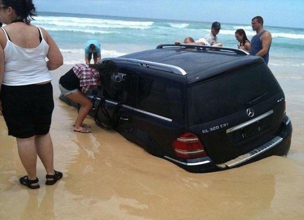 Kalau yang ini sih ceroboh, kenapa mobil diletakkan dekat sekali dengan laut.