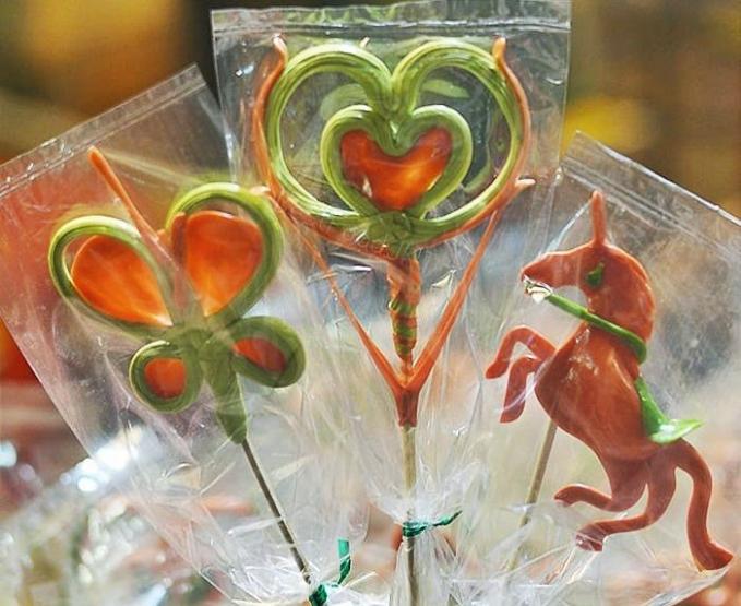 Gulali cetak Jajanan ini terbuat dari gula yang dimasak hingga menjadi karamel lalu dibentuk dengan berbagai bentuk yang lucu dan unik.