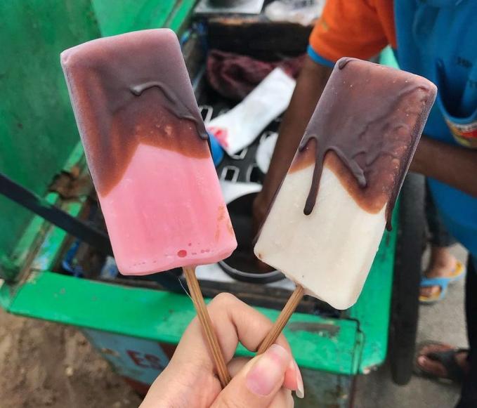 Es Goyang Biasanya memiliki dua varian rasa yaitu vanila dan stroberi. Ada yang tau nggak sih kenapa Makanan ini dinamakan es goyang?