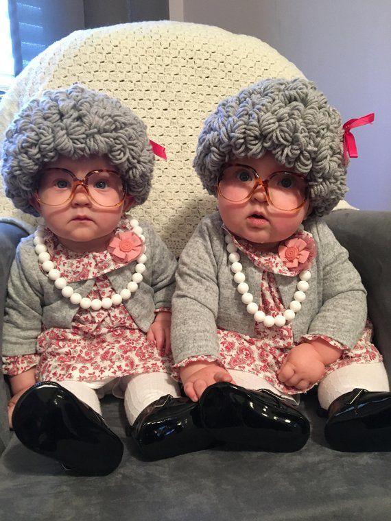 Nenek tua kembar yang sangat lucu.