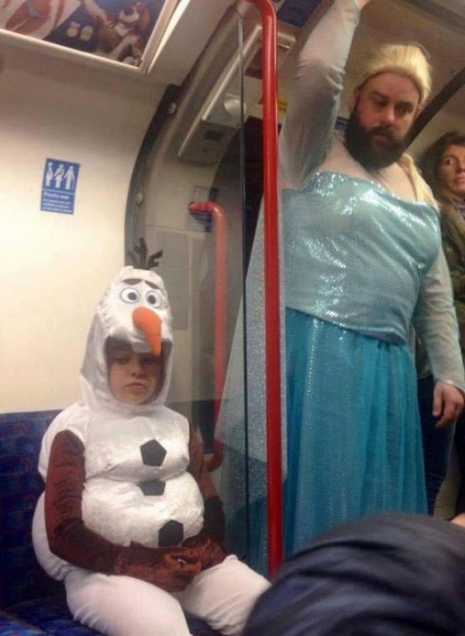 Saat harus menghadiri acara halloween di sekolah sang anak. Pasangan frozen yaitu Elsa dan Olaf.