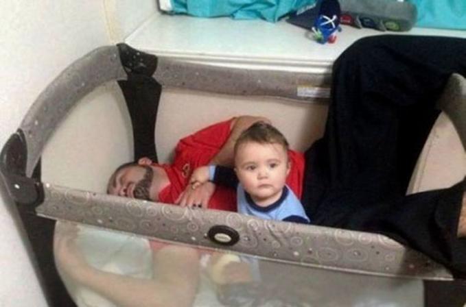 Yakin deh, kalau banyak ayah juga sering ketiduran saat menjaga anaknya.