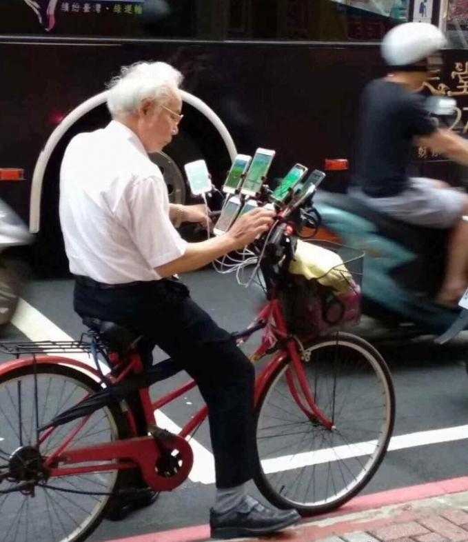 Jangan-jangan si kakek ini driver ojol yang punya banyak ponsel :D