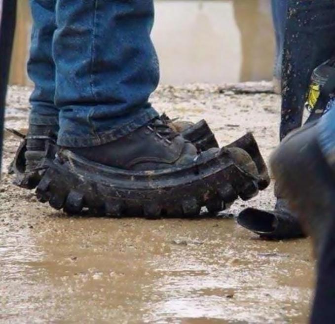 Alas sepatu biar nggak kepeleset lagi.
