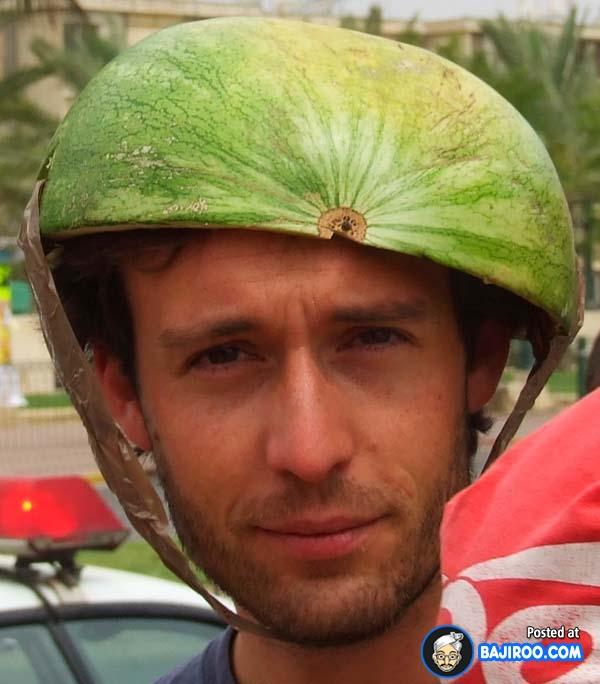 Berhubung lupa nggak bawa helm padahal lagi ada razia, terpaksa deh pakai helm darurat kayak gini.