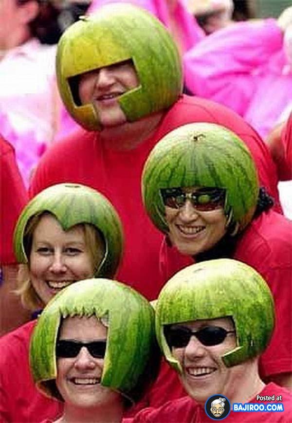 Wah, yang ini malah kompakan deh. Satu keluarga pakai helm semangka semuanya gengs. Jangan ditiru ya gaes, walaupun bisa berfungsi sebagai helm tapi tetap kalau berkendara pakai helm asli yang standart. Karena untuk keselamatan kita semua. Kalau buat pesta kostum sih nggak masalah kalau kalian pakai helm dari kulit semangka ini.