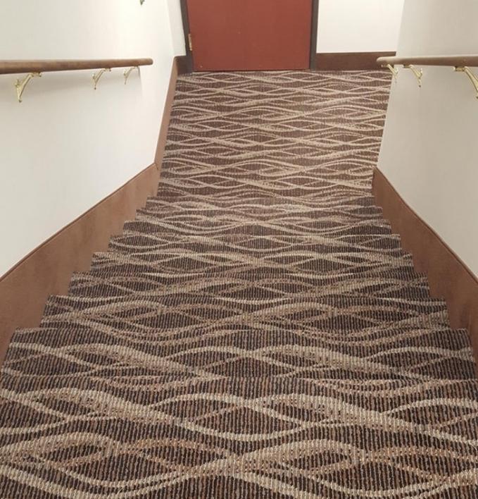 Bukan jalan yang datar, Karena ini adalah sebuah tangga dengan karpet yang cukup membuat mata kita kebingungan.