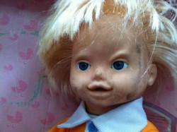 Gagal Lucu, Boneka Anak Ini Malah Kelihatan Menyeramkan