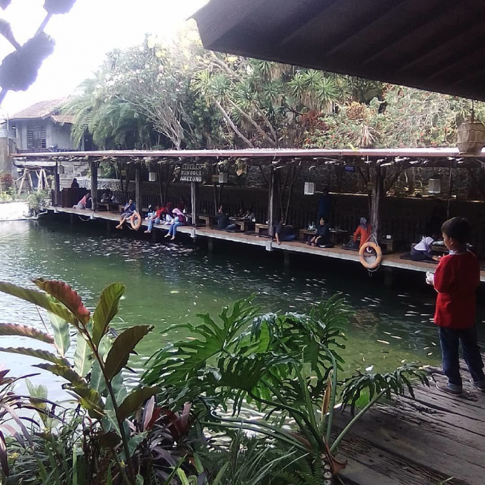 Warung Dusun Telaga Dusun Telaga Boutique Villa dan Resort adalah salah satu rumah makan yang berada di Griya Permata Alam, ngijo Karangploso. Letaknya yang menjadi jalur tembus antara Singosari dan Batu menkadikan lokasi rumah makan ini mudah intuk dijangkau. Suasana rumah makan ini sangat asri dan rindang dan ditemani oleh telaga yang indah