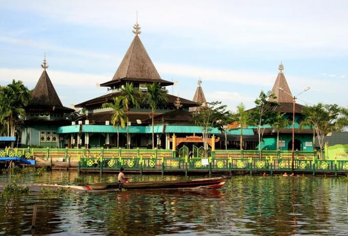Masjid Sultan Suriansyah-Banjarmasin Masjid ini masuk dalam daftar Masjid tertua yang dibangun pada tahun 1526-1550. Masjid Sultan Suriansyah berada di sekitar kelurahan Kuin Utara. Letak keunikan masjid ini adalah bangunannya berbentuk rumah panggung dan di dalamnya terdapat ukiran khas Kalimantan, yang membuatnya berbeda dengan masjid lain di Indonesia