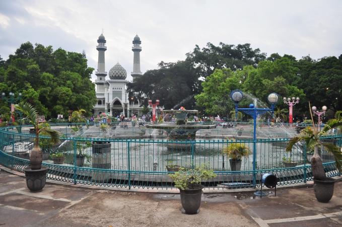 Masjid Jami Malang Masjid indah berikutnya adalah Masjid Jami yang terletak di Malang, dibangun pada tahun 1890 dan selesai pada tahun 1903. Keunikan masjid ini adalah, pada tengah masjid terdapat air mancur.