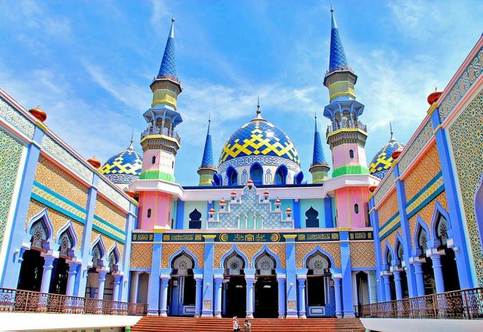 Masjid Agung Tuban, Jawa Timur Dari semua masjid di atas Masjid Tuban ini adalah masjid yang paling bagus menurut IDN Times. Bangunannya mirip Disneyland, dibangun pada tahun 1894 masjid ini bertemakan 1001 malam.