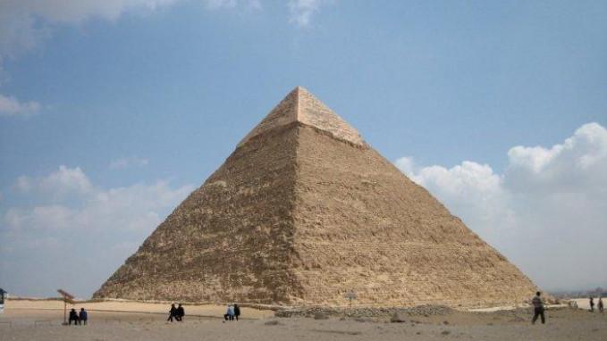 Piramida Giza Piramida Giza di Mesir terus mengundang perdebatan tentang kesuksesan bangsa Mesir membangun piramida raksasa yang belum terpecahkan sampai saat ini. Prestasi fenomenal dari teknik kuno ini masih membiat kita keheranan, bagaimana teknologi masa lalu bisa membangun bangunan seperti ini. Selama 3800 tahun ini adalah bangunan dengan struktur tertinggi di bumi ini. Tingginya 450 kaki dan panjangnya 756 kaki di dasarnya. Diperlukan 2,3 juta blok batu yang masing masing beratnya 2,5 ton. Beberapa blok yang lebih besar beratnya bisa mencapai 80 ton dan entah bagaimana caranya bisa pindah sekitar 500 mil lebih ke lokasi konstruksi. Tenaga kerja yang dibutuhkan sekitar 30.000 orang.