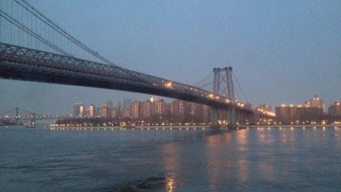 Jembatan Brooklyn Luar Biasa! Proyek ini selesai pada tahun 1883. Pada saat penyelesaiannya jembatan gantung terpanjang di dunia dengan panjang 3.460 kaki. Itu juga merupakan proyek pembangunan jembatan pertama yang memggunakan bahan peledak dan sistem suspensi bawah air yang disebit Caisson. Proyek ini sulit diselesaikan karena chief engineer meninggal sebelum proyek ini dimulai dan diteruskan oleh putranya. Hari ini jembatan Brooklyn membawa sekitar 144.000 kendaraan setiap hari dan merupakan jembatan kedua tersibuk di New York City.