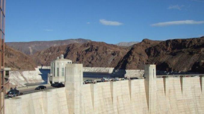 Hoover Dam Meskipun kita jarang mendengar tentang tenaga Hidroelektrik sekarang ini, hal ini sangat penting di masa laulu untuk membangun bendungan besar seperti Hoover Dam untuk menghasilkan listrik. Proyek besar ini selesai pada tahun 1936, menjadikan proyek yang sangat mengesankan mengingat peralatan yang tersedia pada saat itu.Proyek ini mempunyai ketebalan hampir 600 kaki di pondasi dan 45 kaki ketebalan di dekat bagian atas dan konstruksinya menghasilkan danau Mead. Proyek ini masih menghasilkan listrik yang cukup untuk melayani 1,3 juta orang di Arizona, California, dan Nevada.