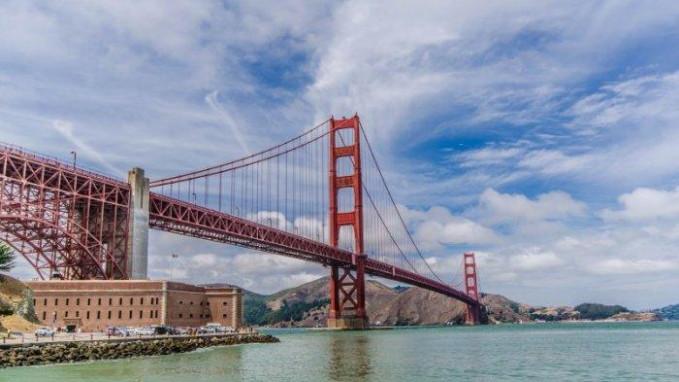 Jembatan Golden Gate Bangunan menakjubkan ini selesai pada tahun 1937 dan menghubungkan kota San Fransisco dan Marin County California. Butuh banyak kawat sepanjang 80 ribu mil untuk menciptakan kabel besar yang bisa menahan jembatan. Ini juga membutuhkan 600.000 paku dan teruji karena telah bertahan dengan angin kencang dan gempa bumi selama usianya.