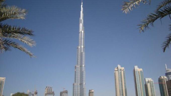 Menara Burj Khalifa Ini adalah gedung pencakar langit tertinggi di dunia. Ini mendominasi Cakrawala Dubai di Uni Emirat Arab. Tingginya adalah 2.717 kaki memiliki 163 lantai. Membutuhkan 22 juta jam kerja,untuk.membangun dan dapat menahan angin hingga 90 mil per jam. Proyek ini selesai pada tahun 2010.