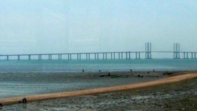 Jembatan Qingdao Haiwan Ini adalah kembatan yang menghubungkan kota Qingdao ke daerah pinggiran Huangdao di china bagian Timur. Ini mencakup perairan teluk Jiaozhou dan panjangnya 26,4 mil saat ini merupakan jembatan terpanjang di dunia. Proyek ini selesai pada tahun 2011. Membutuhkan tenaga kerja 10.000 dan 4 tahun untuk menyelesaikannya. Proyek ini merupakan konstruksi yang melibatkan penggunaan 450.000 ton baja, 3 juta meter kubik, dan dirancang untuk menahan topan, gempa bumi dan diserang oleh kapal yang berbobot 300.000 ton.