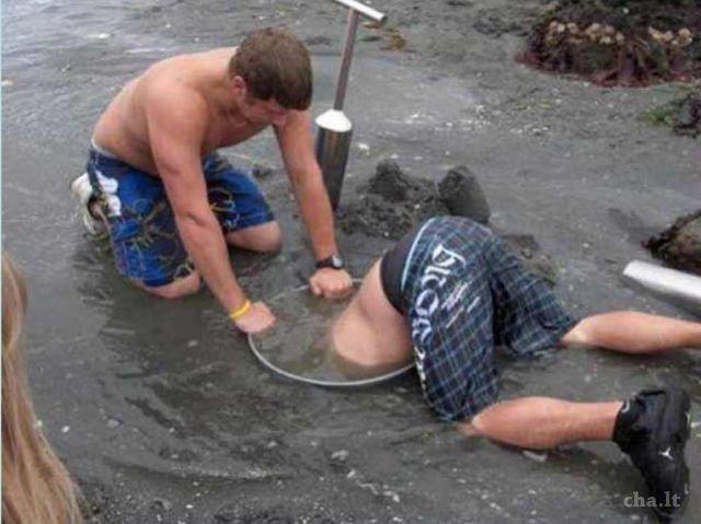 Gali pasir terus sampai dalam, kali aja nemu harta karun atau mutiara Pulsker. Lumayan kan buat ngisi kantong?.